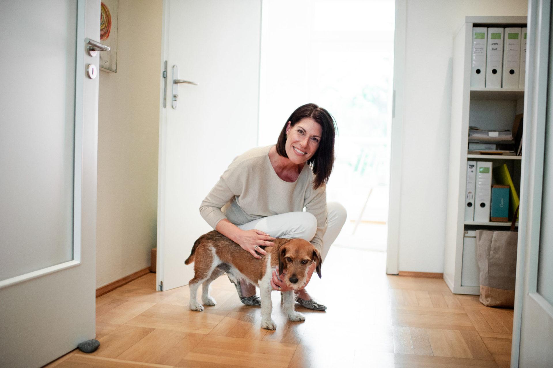 Andrea Lawlor mit ihrem Hund Jeff - dem haarigen Praxisbegleiter im Coaching