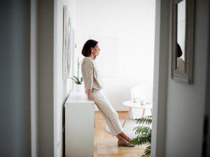 Andrea Lawlor blickt aus dem Fenster in eigener Praxis